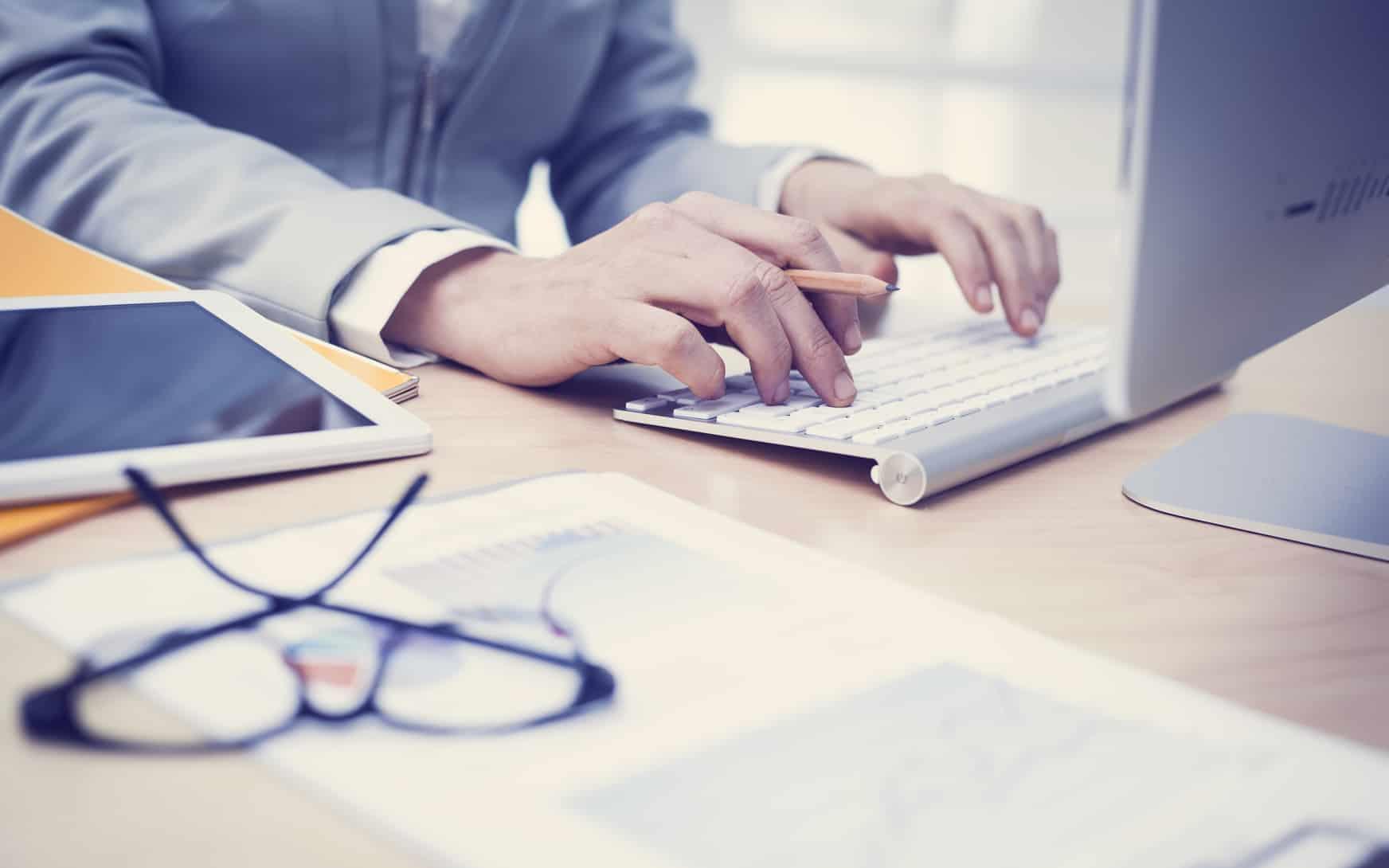 pracujący tłumacz w swoim biurze