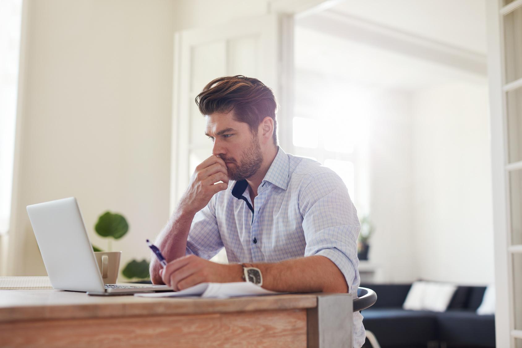młody mężczyzna przy laptopie